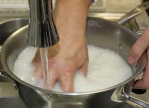 Промывание риса для роллов